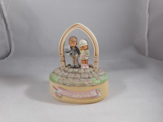 Enesco-Memories-of-Yesterday-Figurine-Here-Comes-the-Bride-MUSICAL-CAKE-TOPPER-0